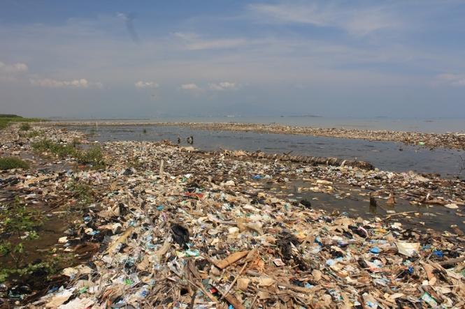 sampah dipantai karangantu serang banten